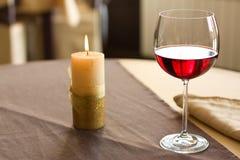 Vinho vermelho na tabela imagem de stock