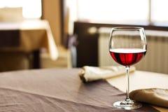 Vinho vermelho na tabela foto de stock