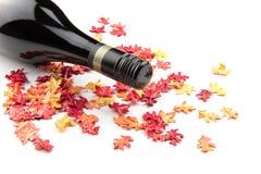 Vinho vermelho nas folhas de outono Imagens de Stock