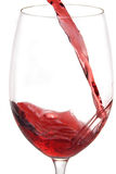 Vinho vermelho que derrama no vidro Fotos de Stock Royalty Free