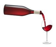 Vinho vermelho que derrama no vidro de vinho. Imagens de Stock
