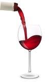 Vinho vermelho que derrama no vidro de vinho. Imagens de Stock Royalty Free