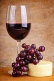 Vinho vermelho, uvas e queijo Imagem de Stock