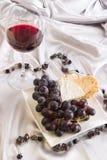 Vinho vermelho, uvas e queijo Imagens de Stock