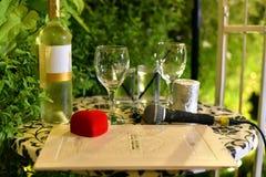 Vinho, vidros, alianças de casamento e contrato de união preparado para uma cerimônia de casamento em um casamento tradicional ju imagens de stock