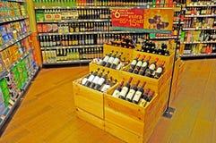 Vinhos no supermercado imagem de stock