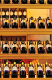 Vinhos vermelhos na prateleira do armazenamento imagem de stock royalty free