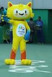 Vinicius is de officiële mascotte van Rio 2016 de Zomerolympics op het Olympische Tenniscentrum in Rio de Janeiro stock afbeeldingen