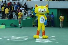 Vinicius is de officiële mascotte van Rio 2016 de Zomerolympics op het Olympische Tenniscentrum in Rio de Janeiro royalty-vrije stock foto