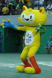 Vinicius is de officiële mascotte van Rio 2016 de Zomerolympics op het Olympische Tenniscentrum in Rio de Janeiro stock foto