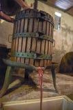 Vinification Le vieux pressoir en bois avec doit à l'intérieur Pressing de photo stock