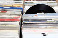 Vinil 7& x22; escolha 45 registros do RPM para a venda em uma feira retro do registro Fotografia de Stock