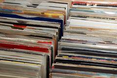 Vinil 7& x22; escolha 45 registros do RPM para a venda em uma feira retro do registro foto de stock
