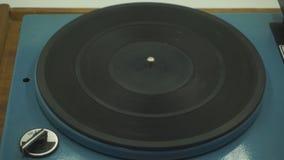 Vinilo que gira en una placa giratoria, visión superior almacen de video