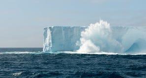 Vinka att krascha och att bespruta över isberget i tabellform, antarktisk halvö arkivfoton
