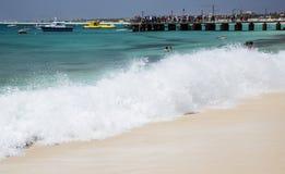 Vinka att krascha på stranden på Santa Maria på Sal, Kap Verde royaltyfri fotografi