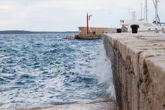 Vinka att krossa in i en vågbrytare i Kroatien Royaltyfria Bilder
