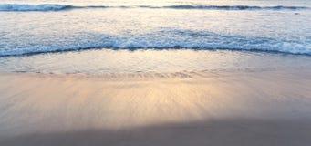 Vinka av havet på stranden Fotografering för Bildbyråer