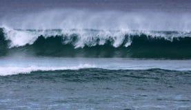Vinka avbrott på kusten arkivbilder