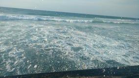 Vinka breakes på den gå strandpromenaden i Tel Aviv Arkivfoton