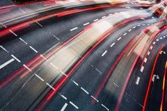 Vinka den suddiga stadsvägen trafikerar Arkivfoton