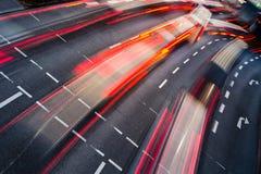 Vinka den suddiga stadsvägen trafikerar Arkivbild