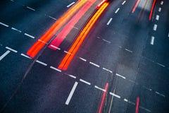 Vinka den suddiga stadsvägen trafikerar Royaltyfri Foto