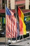 Vinka för amerikan- och tyskflaggor Royaltyfria Bilder