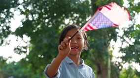 Vinkande amerikanska flaggan för gullig liten flicka arkivfilmer