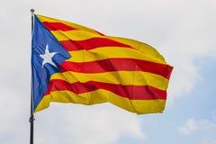 Vinkande Catalonia flagga Arkivfoto