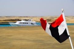 Vinkande egyptisk flagga i porten arkivbilder