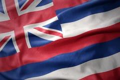 Vinkande färgrik flagga av den hawaii staten Arkivbilder