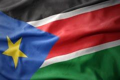 Vinkande färgrik flagga av södra Sudan royaltyfri foto