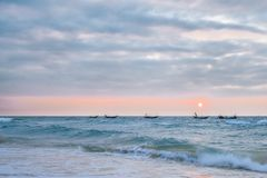 Vinkande fartyg i havet av den Weizhou ön, Beihai, Guangxi, Kina arkivbilder