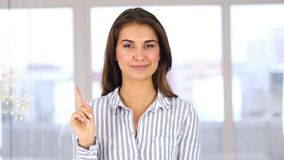Vinkande finger som ska förnekas och att kassera den härliga kvinnan på arbete lager videofilmer