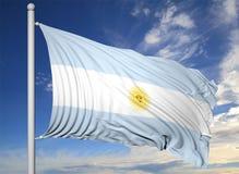 Vinkande flagga av Argentina på flaggstång Arkivbilder