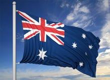 Vinkande flagga av Australien på flaggstång Royaltyfri Foto
