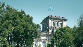 Vinkande flagga av EU för europeisk union över Reichstagen som buidling i Berlin Arkivbilder