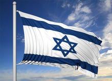 Vinkande flagga av Israel på flaggstång Arkivfoto