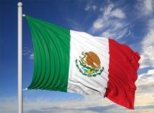 Vinkande flagga av Mexico på flaggstång Royaltyfria Foton