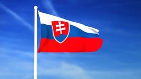 Vinkande flagga av Slovakien på bakgrunden för blå himmel