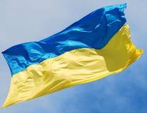 Vinkande flagga av Ukraina på en himmelbakgrund Arkivbilder