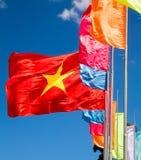 Vinkande flagga av Vietnam Royaltyfria Foton