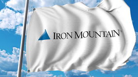 Vinkande flagga med den Iron Mountain logoen Editoial 3D tolkning stock illustrationer