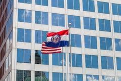 Vinkande flaggor av Förenta staterna och staten av Missouri i D arkivbild