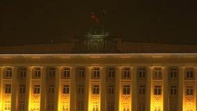Vinkande flaggor av Ryssland och Velikiy Novgorod i himmel stock video