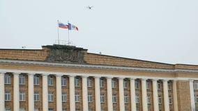 Vinkande flaggor av Ryssland och Velikiy Novgorod i himmel arkivfilmer