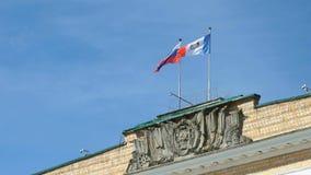 Vinkande flaggor av Ryssland och Velikiy Novgorod i himmel lager videofilmer