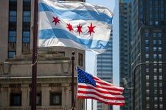 Vinkande flaggor av staden av Chicago och av Förenta staterna av royaltyfria foton
