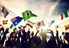 Vinkande flaggor för grupp människor i världscuptema Arkivbilder
